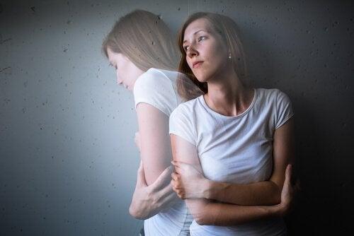 Femeie afectată de cauze ale depresiei ereditare