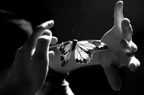 O mângâiere din suflet creează intimitate emoțională