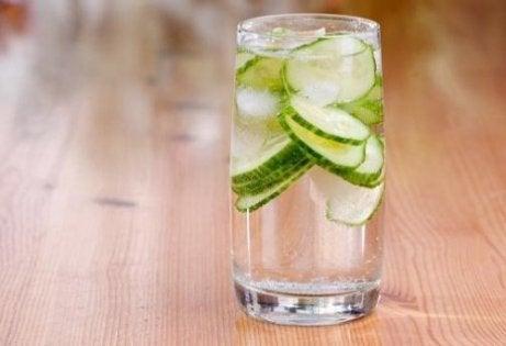Băutură detoxifiantă cu lămâie, castravete și mentă - Doza de Sănătate