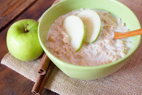 Ovăzul cu mere întărește oasele și articulațiile