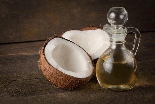 Aplică ulei de cocos pe gene în fiecare seară