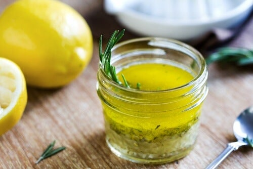 O băutură medicinală cu lămâie și ulei de măsline