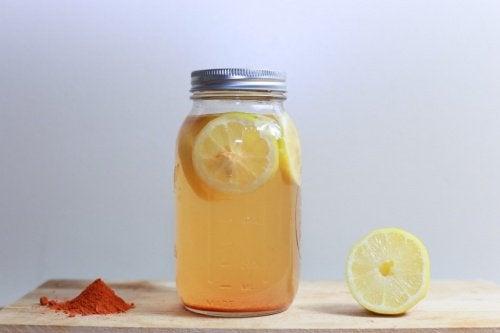 Băutură tonică pentru slăbit cu lămâie și curcuma