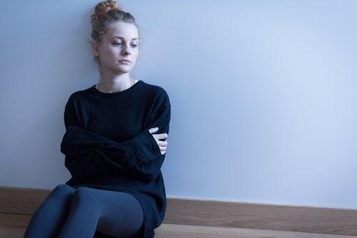 Femeie care se întreabă ce este psoriazisul