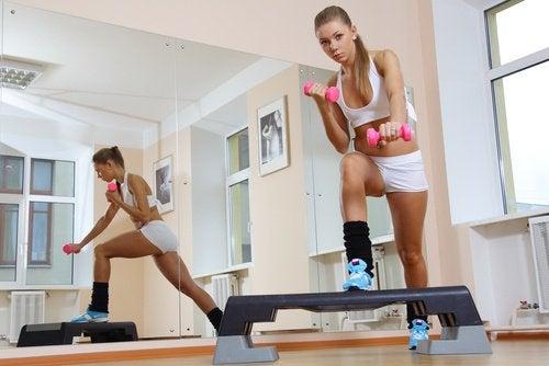 Exerciții care combat celulita pe stepper