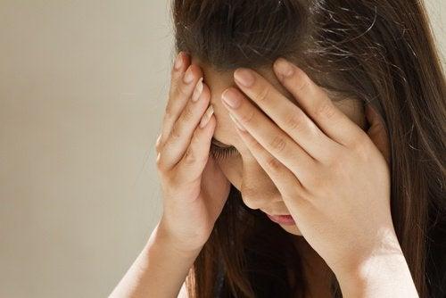 Femeie care are nevoie de remediu cu miere și usturoi pentru migrene