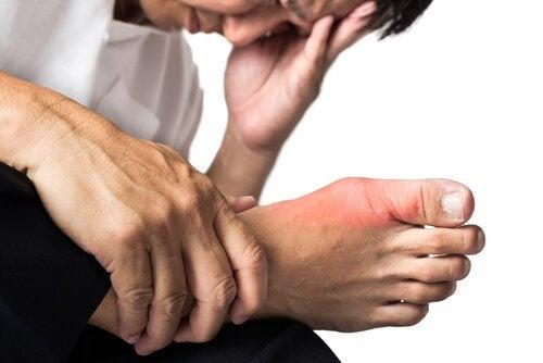 Guta poate fi una dintre cauzele durerilor articulare