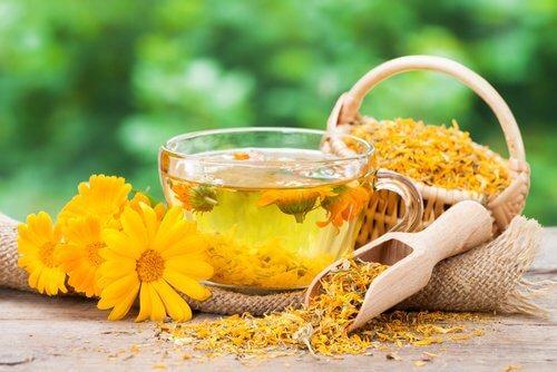Printre altele, ceaiul de gălbenele te ajută să combați migrenele