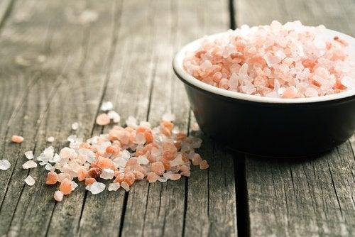 Poți trata migrenele cu ingrediente naturale ca sarea roz de Himalaya