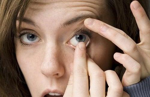Spălatul pe mâini e important înainte de folosirea lentilelor de contact