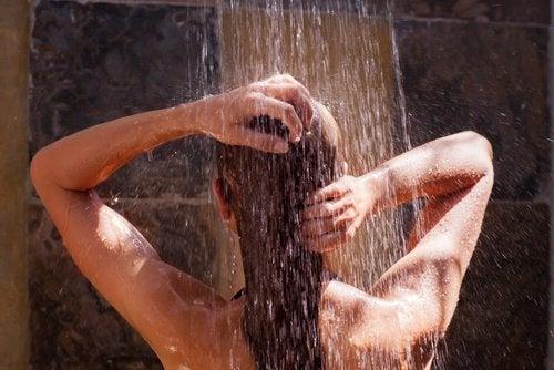 Speli pe cap cu apă caldă