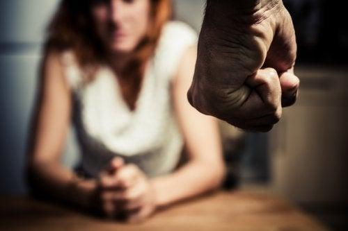 Indivizii abuzivi folosesc mai multe tipuri de tehnici de manipulare