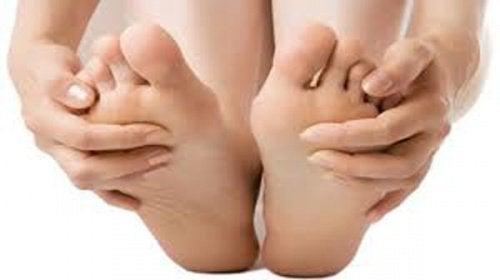 Uleiul de cocos este benefic pentru picioare