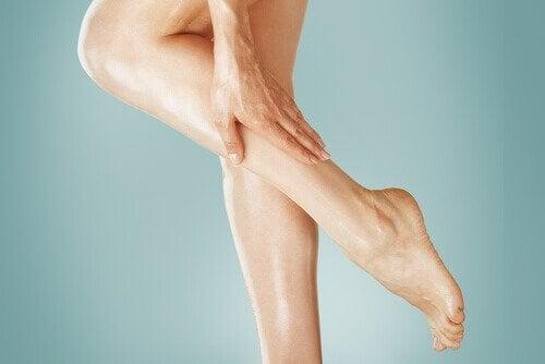 Uleiuri naturale care oferă protecție solară pentru pielea de pe picioare