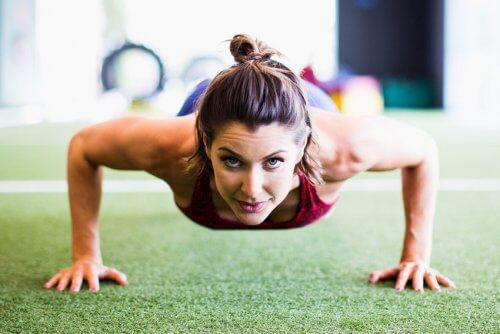 Un abdomen ferm cu o rutină de exerciții de 4 minute