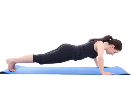 Exerciții ca scândura te ajută să ai un abdomen ferm și plat