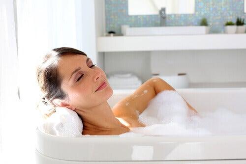 Poți combate atacurile de anxietate cu o baie relaxantă