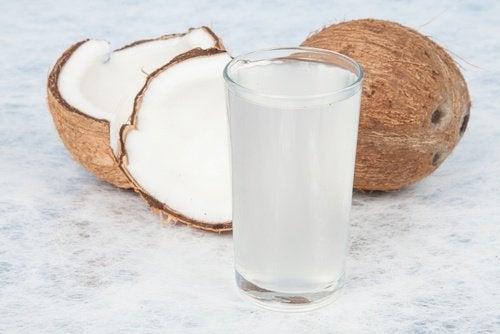 Apa de cocos oferă multe beneficii
