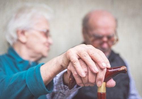 Bătrâni bolnavi de Alzheimer