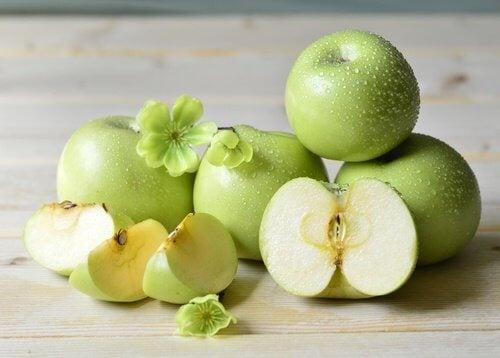 Beneficii ale merelor verzi consumate cu tot cu coajă
