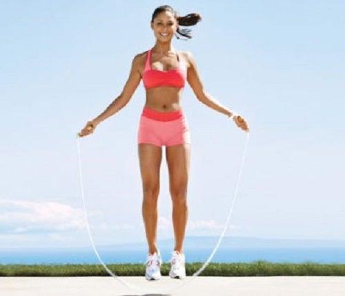Beneficii oferite de săritul corzii precum creșterea rezistenței corpului