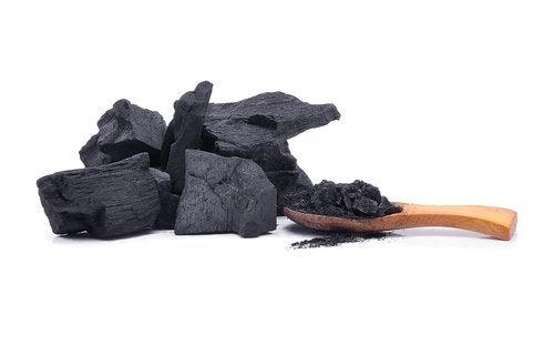 Cărbunele poate fi adăugat în îngrășământul de grădină