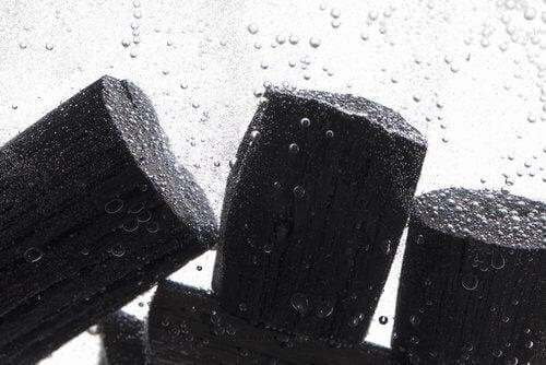 Cărbunele purifică apa