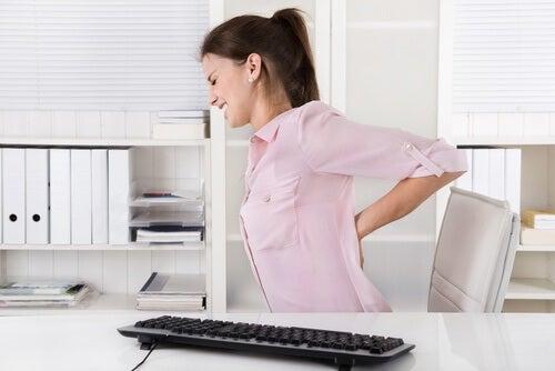 Statul îndelungat la birou afectează coloana vertebrală