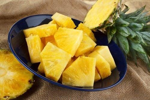 Combaterea răcelii este unul dintre beneficiile consumului de ananas