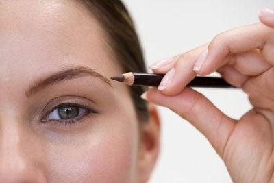 Aranjează sprâncenele după forma feței ovale fără să le faci prea groase