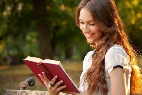 Fată care citește despre cum să menții o relație de cuplu