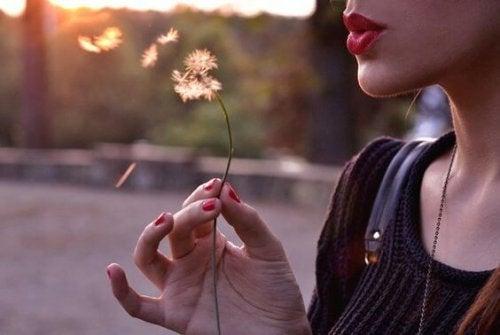 Următoarele trei legi ale vieții te ajută să descoperi fericirea