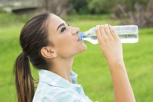 Formarea pietrelor la rinichi prevenită printr-un consum suficient de apă