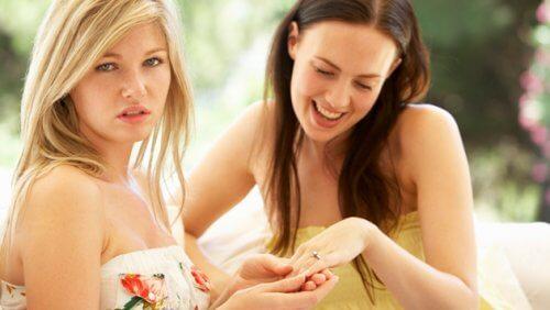 Închei o relație de prietenie când intervine gelozia