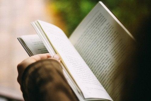 Femeie citind ca să-și îmbunătățească sănătatea mintală