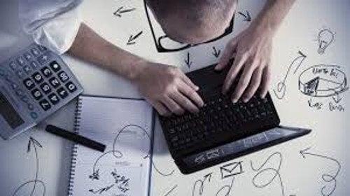 Bărbat lucrând la calculator