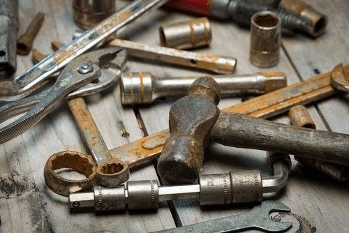 Oțetul alb curăță uneltele de rugină