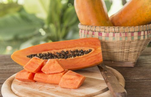 Papaya adăugată în smoothie-uri cu kiwi