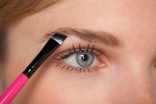 Îngrijește-ți și aranjează-ți sprâncenele după forma feței
