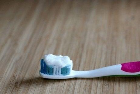 Uleiul de cocos poate înlocui pasta de dinți