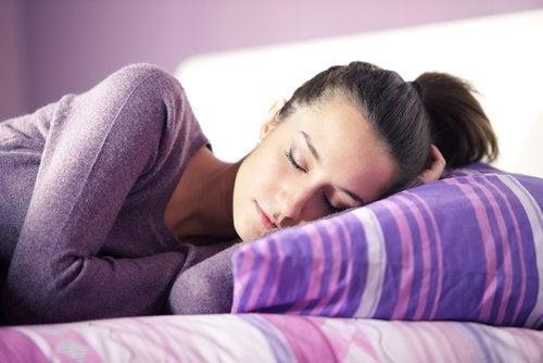Denumirea științifică pentru vorbitul în somn este somnilocvie