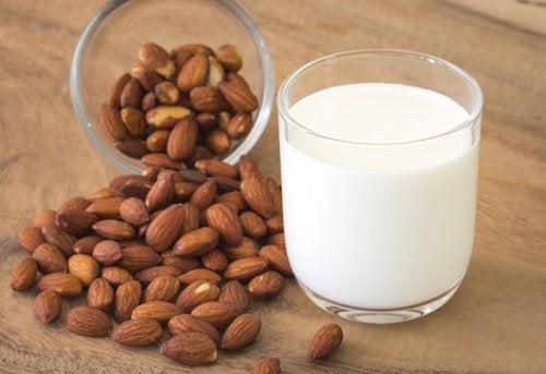 Băutură antiinflamatoare cu lapte de migdale