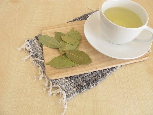 Beneficii ale uleiului de dafin adăugat în ceai