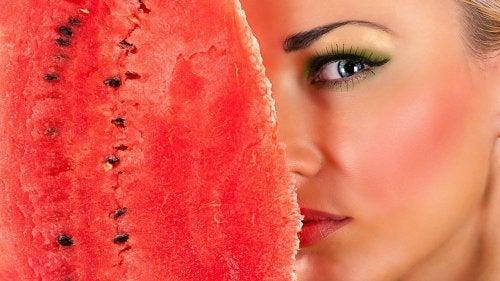 Printre altele, coaja de pepene verde îți menține fața curată