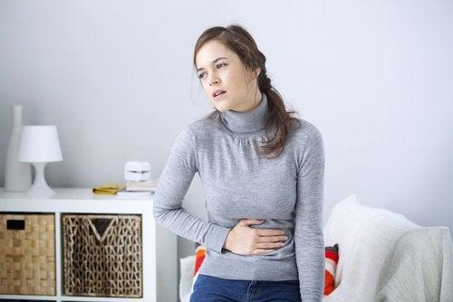 Femeie care caută modalități naturale de a combate constipația