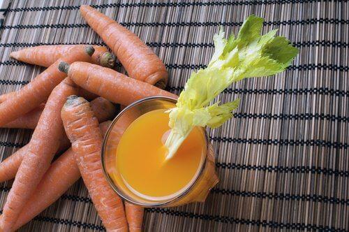 Poți să îți detoxifici colonul cu sucuri naturale din morcovi și usturoi