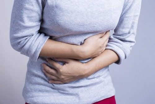 Femeie care are o durere de stomac