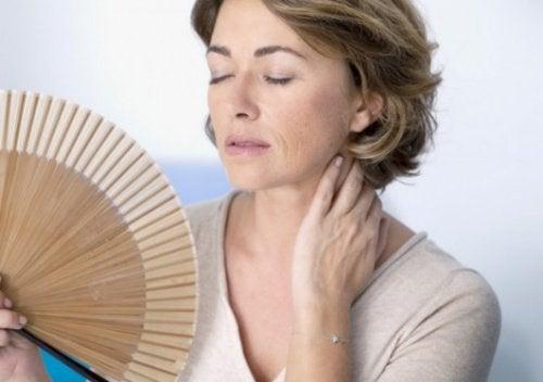 Femeie la menopauză suferind de bufeuri