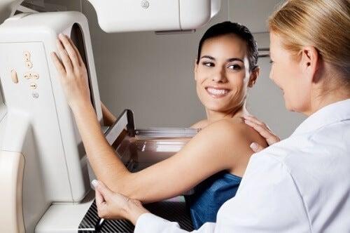 Femeie cu sânii denși