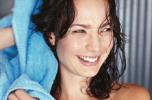 Beneficii ale uleiului de cocos pentru hidratarea părului